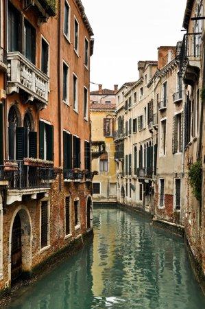 Canal et maisons historiques à Venise