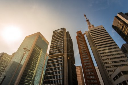 Photo pour Paulista Avenue est l'un des centres financiers les plus importants de la ville et est un endroit populaire à visiter parmi les habitants et les clients de la ville . - image libre de droit