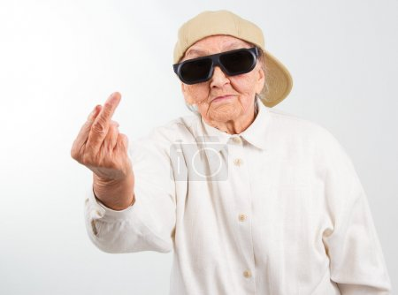 cool grand-mère montrant son f-doigt