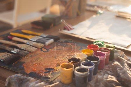 paleta vieja con pinturas al óleo