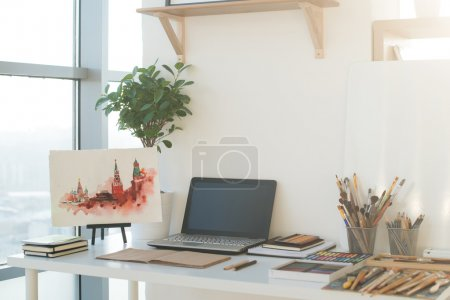 Photo pour Peintre lieu de travail dans l'ordre vue de côté. Bureau design avec équipement de dessin. Home studio pour artiste . - image libre de droit