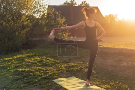 Photo pour Femme debout à l'extérieur de méditation en position d'yoga - image libre de droit