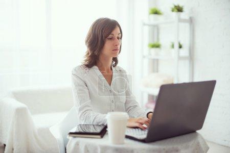 Photo pour Pigiste à l'aide d'ordinateur portable, femme travaillant sur ordinateur portable taper le clavier à la maison. - image libre de droit