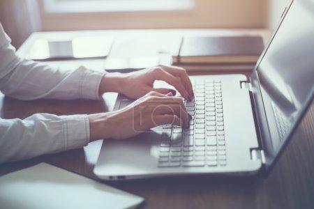 Photo pour Femme travaillant dans le bureau à domicile main sur clavier gros plan - image libre de droit
