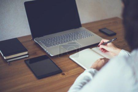 Photo pour Femme d'affaires avec ordinateur portable et agenda en freelance concept Bureau travaille à la maison - image libre de droit