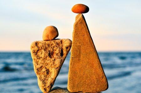 Photo pour Équilibrage de deux pierres triangulaires sur le littoral - image libre de droit
