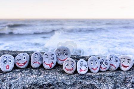 Photo pour Émoticônes sur les cailloux au bord de la mer - image libre de droit