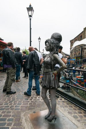 Photo pour LONDRES, ROYAUME-UNI - 04 JUIN 2016 : Statue en bronze de la chanteuse Amy Winehouse à Camden Town. Il a été dévoilé sur ce qui aurait été son 31e anniversaire, 3 ans après sa mort . - image libre de droit