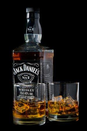 Photo pour LIRE, ANGLETERRE ROYAUME-UNI - LE 06 DÉCEMBRE 2015 : bouteille de whisky et verre de Jack Daniel. Jack Daniel's est une marque de whisky aigre du Tennessee et le whisky américain le plus vendu au monde. . - image libre de droit