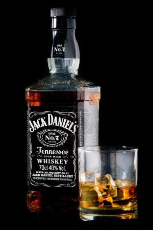Photo pour Reading, Angleterre Uk-décembre 06, de 2015:Jack Daniel bouteille de whisky et verre. Jack Daniel est une marque de sour mash whiskey du Tennessee et le whisky américain vente plus élevé dans le monde. - image libre de droit