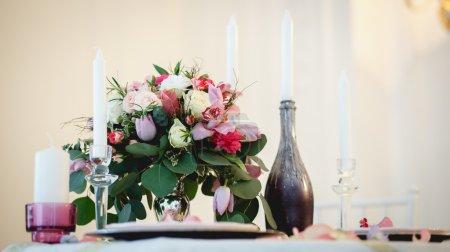 Photo pour Décoration et composition florale sur une table - image libre de droit