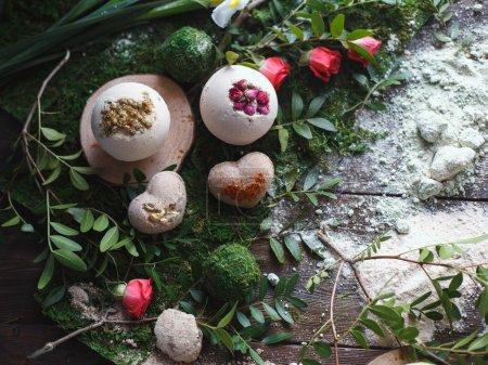 Photo pour Préparation des bombes de bain. Ingrédients et décor floral sur une table en bois vintage. - image libre de droit