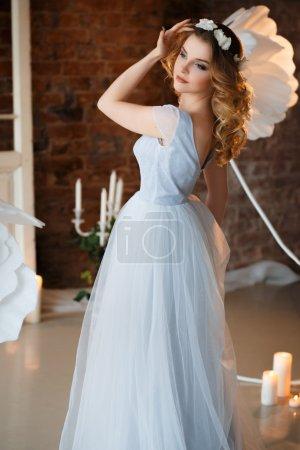 Photo pour Mariée dans une robe de mariée bleu clair tendre le matin sur une décoration créative fantastique. Mode beauté portrait - image libre de droit