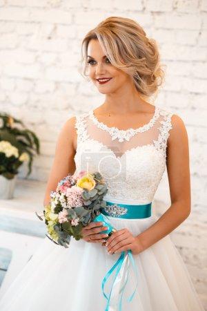 Photo pour Magnifique mariée élégante en robe de mariée de luxe dans un espace loft blanc - image libre de droit