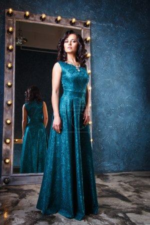 Photo pour Portrait de belle jeune femme élégante en robe de soirée magnifique - image libre de droit