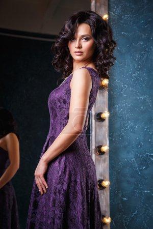 Photo pour Portrait de la belle jeune femme élégante en robe de soirée magnifique - image libre de droit