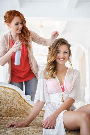 Photo pour Salon de coiffure belle mariée avant le mariage en une matinée de préparation - image libre de droit