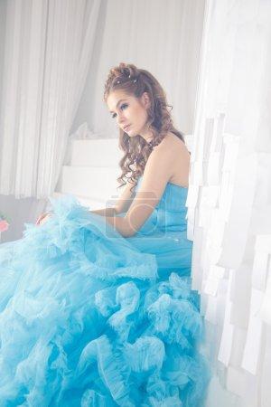 Photo pour Belle jeune femme en robe longue bleu magnifique comme Cendrillon avec style de maquillage et coiffure parfait - image libre de droit
