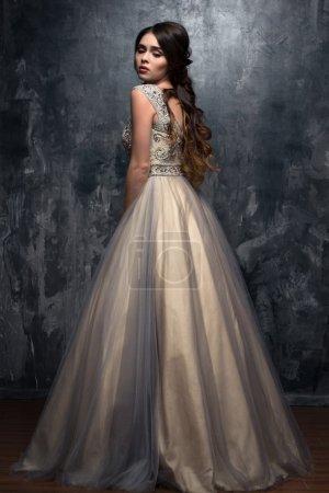 Photo pour Mode beauté portrait de magnifique jeune femme avec de longs cheveux bouclés en robe de soirée de luxe - image libre de droit