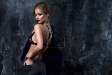 Photo pour Gros plan portrait de magnifique jeune femme blonde en style célébrité avec maquillage parfait et coiffure en lingerie sexy et fourrure bleue. Mode beauté photo, look dramatique - image libre de droit