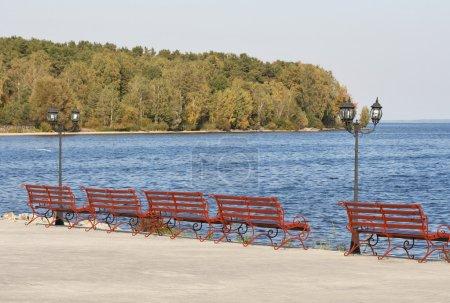 фонарь и скамейки на набережной озера