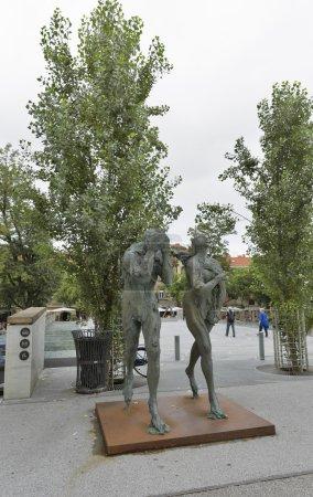 Photo pour LJUBLJANA, SLOVÉNIE - 04 SEPTEMBRE 2015 : Sculpture moderne d'Adam et Ève, honteuse et bannie du Paradis, réalisée par le sculpteur slovène contemporain Jakov Brdar . - image libre de droit