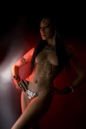 Photo pour Mode Beauté et cheveux élégants (dreadlocks). Belle Femme Sexy Avec Luxe brillant or oriental Maquillage et accessoires tribaux. Accessoires indiens (bijoux orientaux ) - image libre de droit