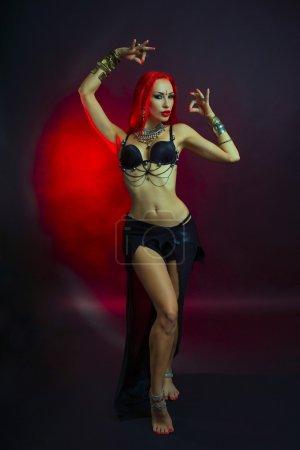 Photo pour Bellydance, Tribal Fusion. Belle rouquine jeune femme en vêtements Sexy avec bijoux Oriental orientale maquillage et luxe. Belle fille chaude danseuse Bollywood (Bellydancer sensible). Conte oriental, Harem. - image libre de droit