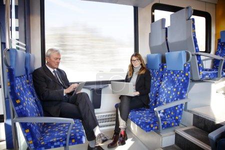 mujer de negocios y hombre de negocios senior que viaja