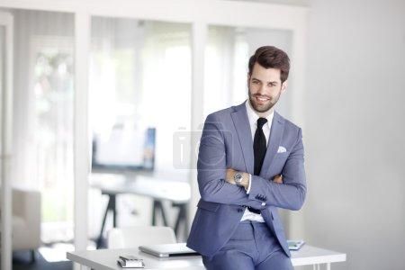 Foto de Retrato de ejecutivo joven gerente de marketing mirando a la cámara y sonriendo . - Imagen libre de derechos