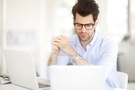 Photo pour Portrait de jeune directeur marketing homme d'affaires travaillant en ligne - image libre de droit