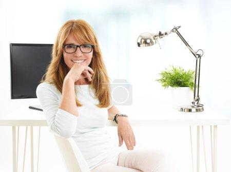 Photo pour Femme d'affaires confiante assise au bureau. Hommes d'affaires . - image libre de droit