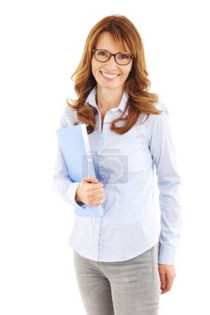 Photo pour Dossier de tenue de femme d'affaires occasionnelle, tout en se tenant debout sur fond blanc . - image libre de droit