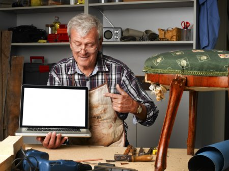 carpenter points out of laptop