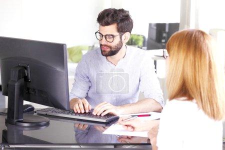 Photo pour Portrait d'une jeune conseillère en investissement travaillant au bureau et consultant une femme d'affaires du nouveau projet . - image libre de droit