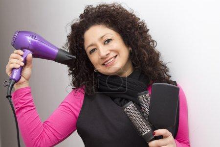 Photo pour Coiffeur avec fers à friser, brosses et peignes - image libre de droit