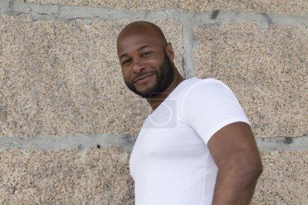 Photo pour Homme noir dans le mur - image libre de droit