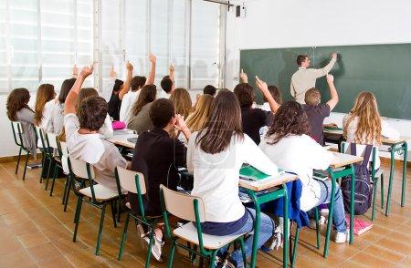 Photo pour Enseignant et élèves à l'école . - image libre de droit