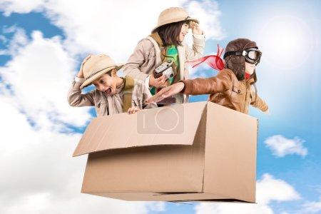 Foto de Niños en una caja de cartón jugar Safari - Imagen libre de derechos