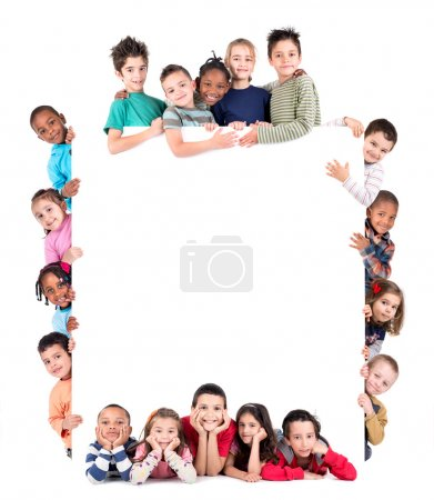Photo pour Groupe d'enfants avec un tableau blanc vierge isolé sur blanc - image libre de droit