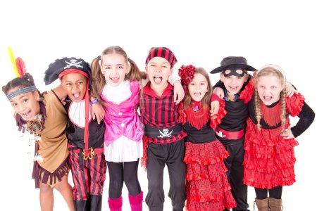 Photo pour Groupe d'enfants sur halloween isolé en blanc - image libre de droit