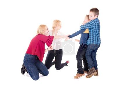 Photo pour Groupe de frères et sœurs isolés en blanc - image libre de droit