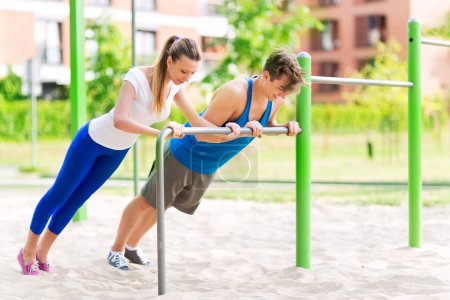 Photo pour Homme et femme exerçant dans le parc - image libre de droit