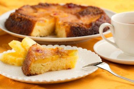 Photo pour Gâteau à l'ananas et tasse de thé sur nappe orange - image libre de droit