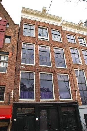 Photo pour Vue de la maison Anne Frank depuis la rue . - image libre de droit