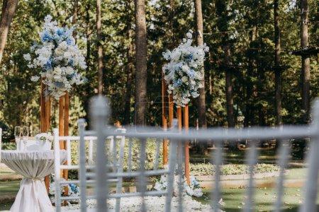 Photo pour Belle décoration de mariage en plein air - image libre de droit