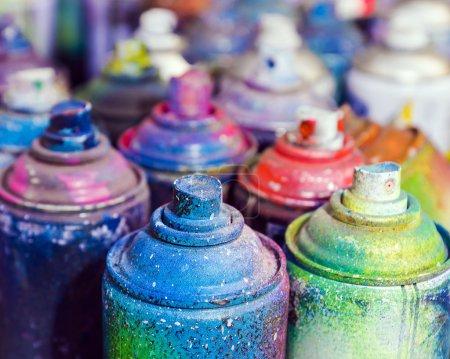 Photo pour Canettes usagées de peinture en aérosol - image libre de droit