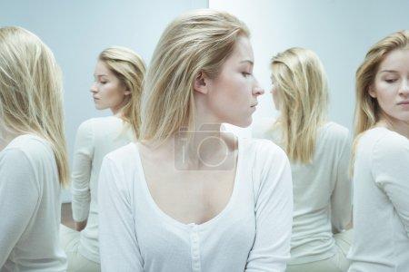 Foto de Foto de mujer psicótica con esquizofrenia durante el tratamiento - Imagen libre de derechos