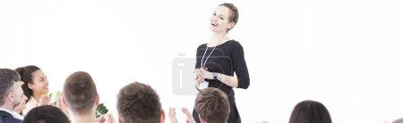 Photo pour Femme est applaudie par ses collègues après son discours - image libre de droit