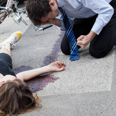 Foto de Un conductor frustrado después de haber matado a un ciclista - Imagen libre de derechos